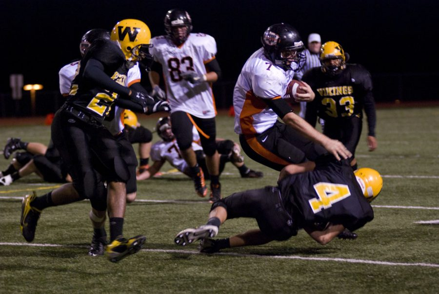 Football team struggles offensively, lose first game of districts